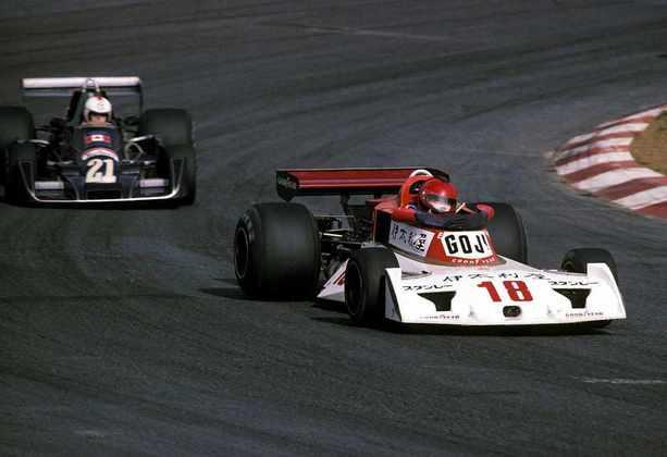 Noritake Takahara esteve junto de Hoshino nas corridas japonesas. Guiou pela Surtees e pela Kojima