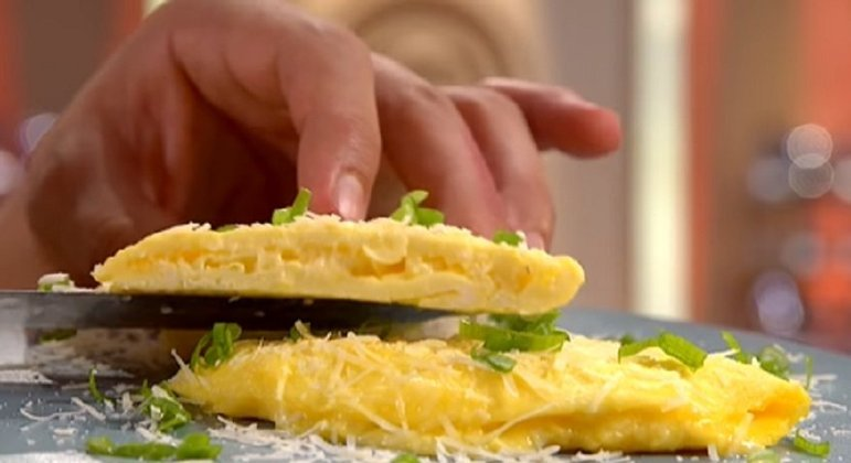 Normalmente estamos acostumados a comer uma omelete com o arroz e feijão, mas é mais do que comum e possível comer sozinha. Você pode colocar diversos ingredientes dentro, como queijo, presunto, bacon, cogumelos, azeitonas e muito mais