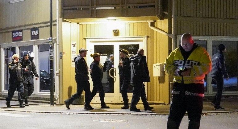 Policiais investigam o ataque que ocorreu em Kongsberg, na Noruega
