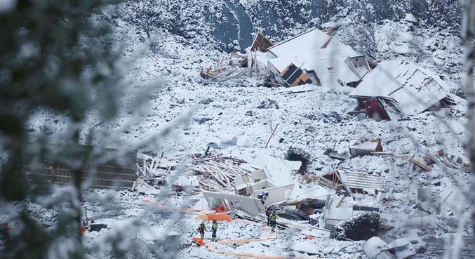 Equipes de busca ainda procuram por sete desaparecidos no deslizamento