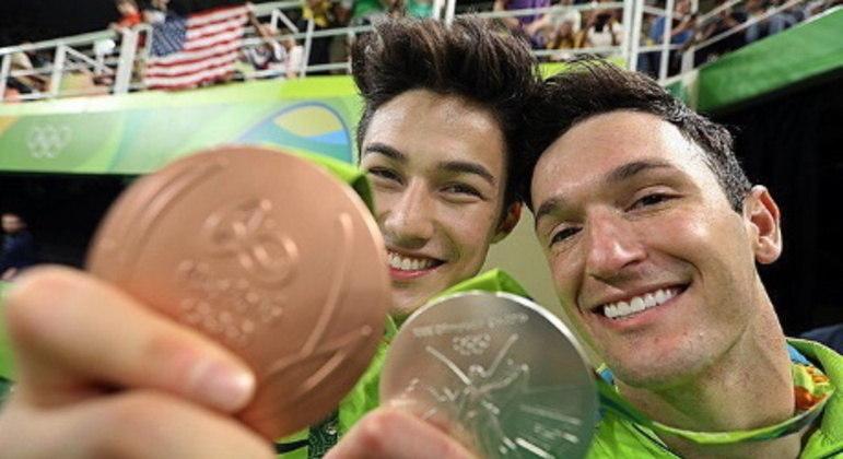 Nory mostra medalha na Olimpíada do Rio, em 2016, ao lado de Diego Hypollito