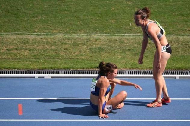 Nos 5 mil metros da Rio 2016, Nikki Hamblin, da Nova Zelândia, caiu após se enroscar com Abbey D'Agostino. A americana a ajudou a levantar-se e o gesto oposto aconteceu depois. Últimas colocadas, elas foram aplaudidas