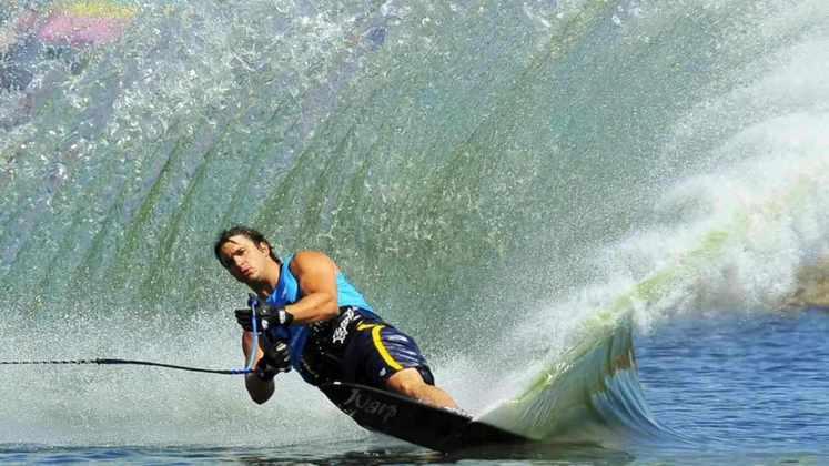 Nos esportes aquáticos, é possível fazer um backflip no esqui aquático.