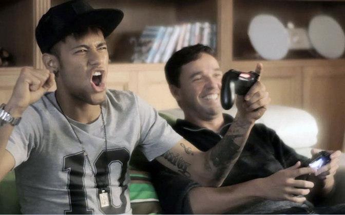 Nos gramados, Neymar é mais um integrante da legião de fãs do Batman e assíduo jogador de CS:GO.