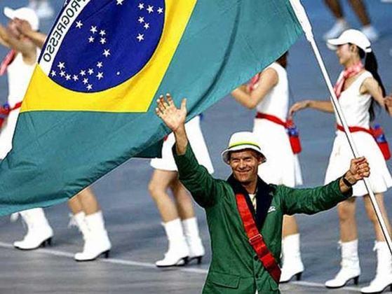 Nos Jogos Olímpicos de 2008, em Pequim, foi a vez de Robert Scheidt conduzir o símbolo nacional. Cinco vezes medalhista, recordista ao lado de Torben Grael, o velejador estará em Tóquio.