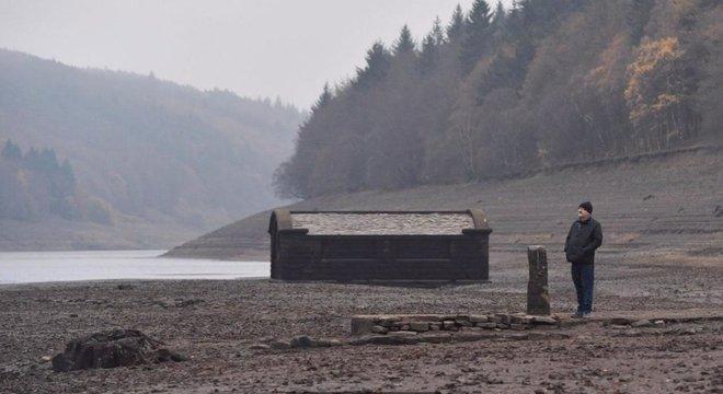 Nos períodos de seca, quando os níveis da água do reservatório diminuem, a vila de Derwent reaparece