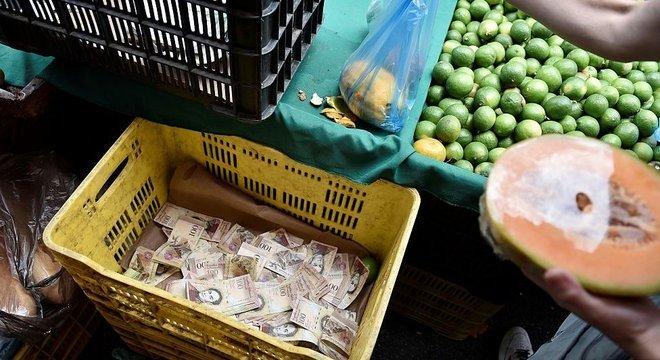 A hiperinflação faz com que o bolívar perca valor constantemente