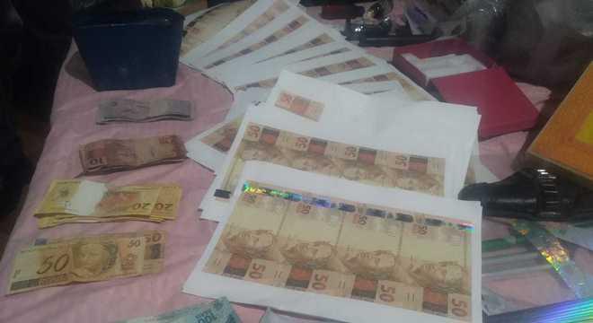 Homem confessou à polícia que fabricava notas falsas de dinheiro em casa