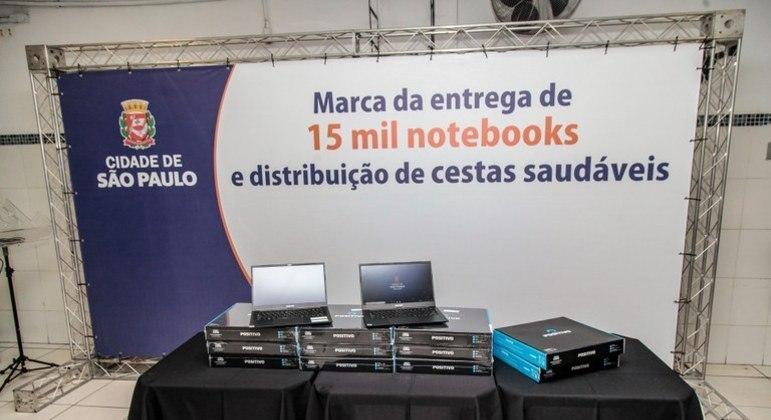 Foram entregues nesta quarta (14) 15 mil notebooks aos professores da rede municipal
