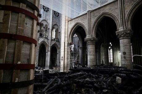 Catedral foi tomada por incêndio no dia 15 de abril