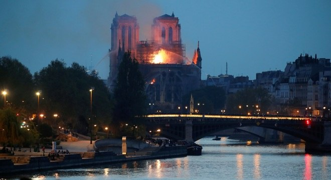 O fogo se alastrou e chegou a pegar parte do telhado da Catedral, que estava em obras