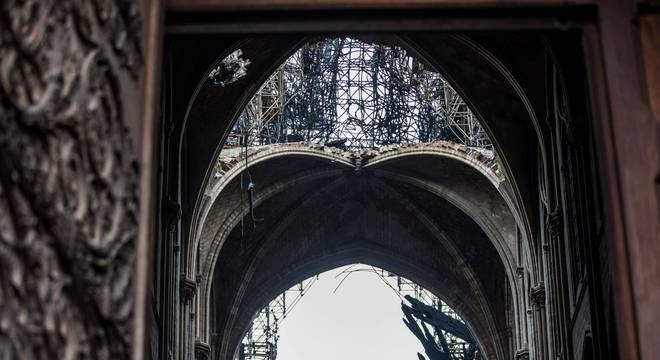 Chumbo do teto de Notre Dame derreteu e contaminou a área que precisa de restauração