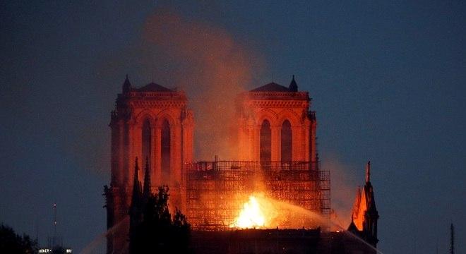 Incêndio acidental destruiu telhado da Catedral de Notre-Dame em abril