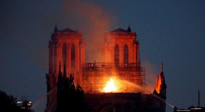 Bombeiros garantem que estrutura de Catedral está salva