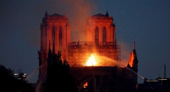 Bombeiros tentam conter avanço das chamas em Notre Dame