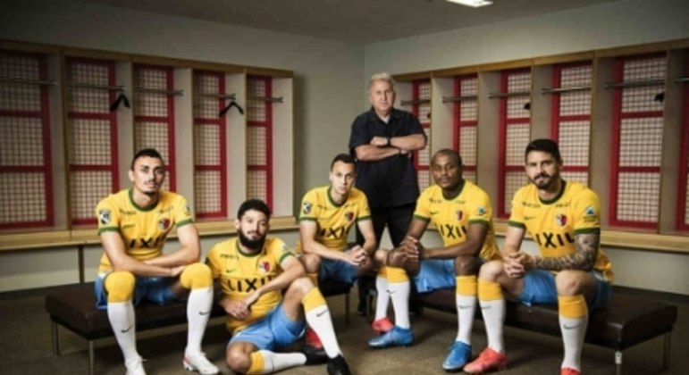 Nova camisa do Kashima Antlers em homenagem à Seleção Brasileira