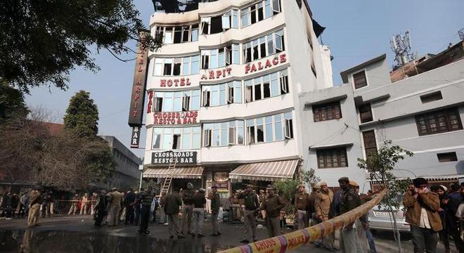 Forças de segurança no Hotel Arpit após o incêndio que deixou 17 mortos