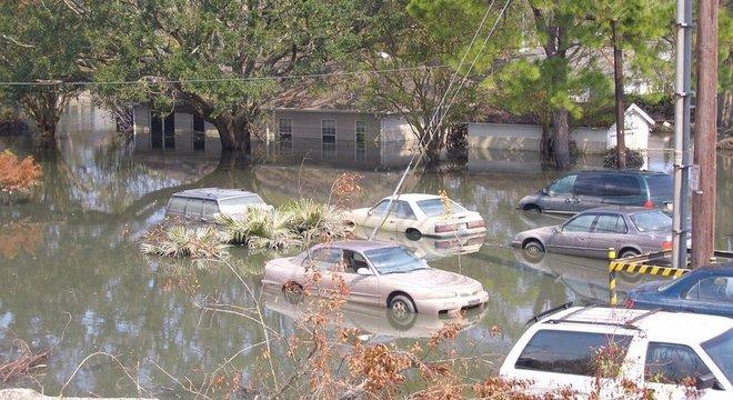 Passagem de furacão Katrina por Nova Orleans deixou partes da cidade completamente alagadas