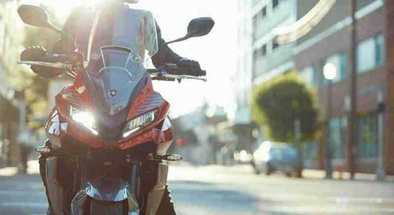 Motocicleta ainda contará com duplo faróis, guidão mais elevado e tanque de combustível maior