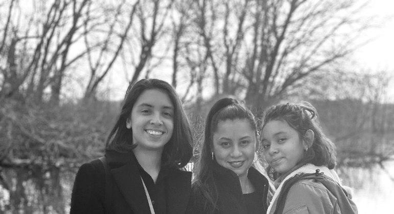 Ivette Barias (no meio) com as filhas Kristen e Kiara, que em 2001 tinha 3 anos