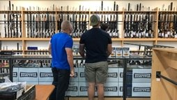Neozelandeses entregam armas após ataque a tiros que deixou 50 mortos ()