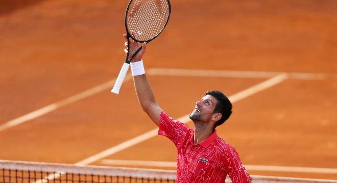 Djokovic comemora vitória na competição organizada por ele