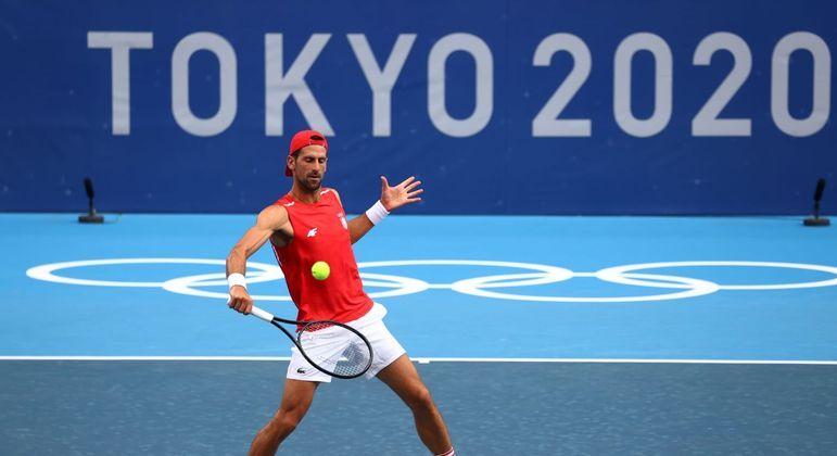 Novak Djokovic treina na quadra olímpica de tênis em Tóquio