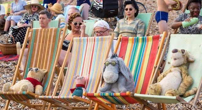 Novas fotos de Christopher Robin mostra personagens prontos para o verão