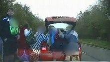 Policiais flagram carro que levava 9 pessoas, incluindo 2 no porta-malas