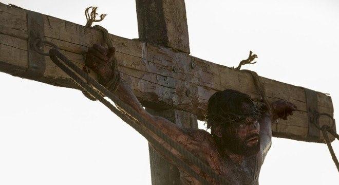 Pregado e erguido na cruz, Jesus pede para Deus perdoar as pessoas