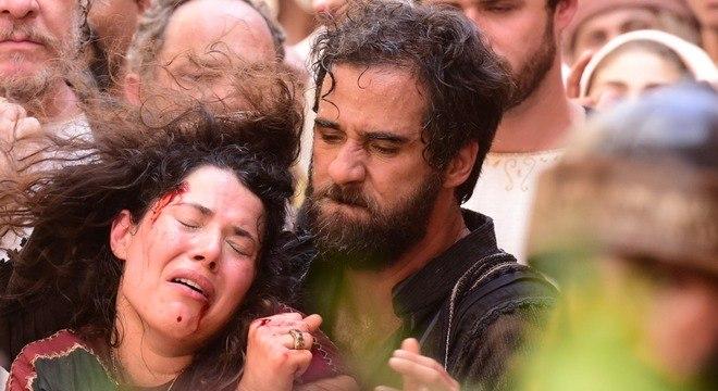 Simão carrega Laila para ser apedrejada por adultério