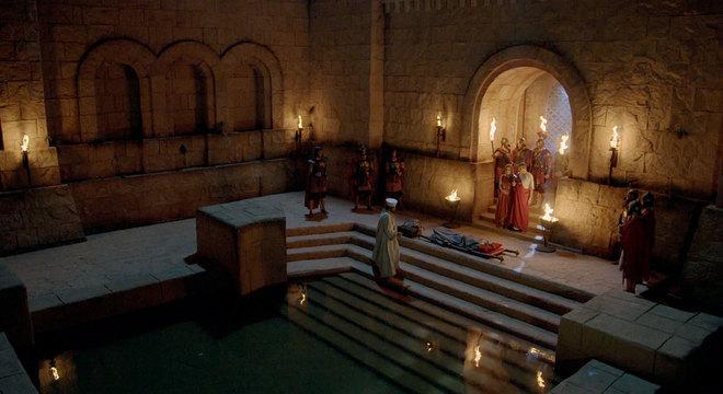 Helena é levada para o tanque de Betesda, mas retorna ao palácio ainda doente