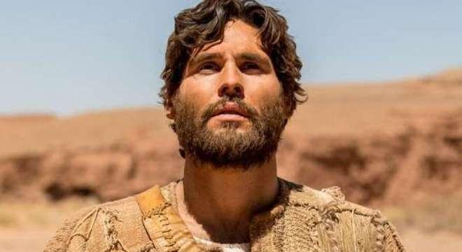 Apóstolos se emocionam ao ver Jesus andar sobre o mar durante tempestade