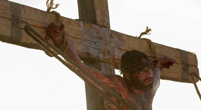 Jesus é pregado na cruz