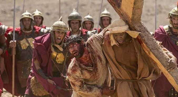 Jesus segue Sua caminhada pela Via Dolorosa