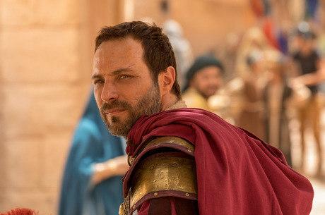Petronius avisa que Barrabás será crucificado pelo que fez com Cassandra
