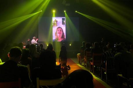 Cristianne Fridman apareceu em videoconferência
