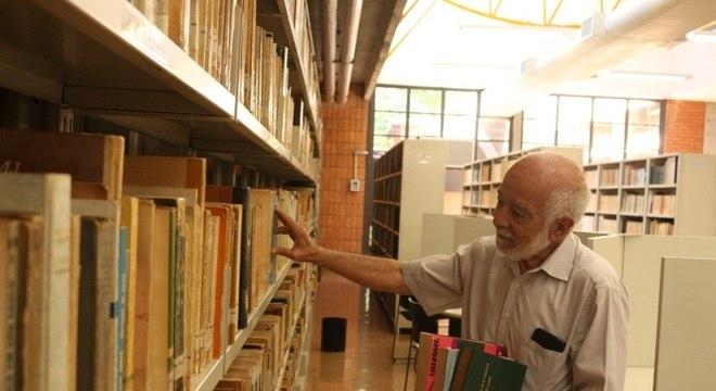 Clóvis Ferreira de 75 anos é quer manter a mente ocupada estudando