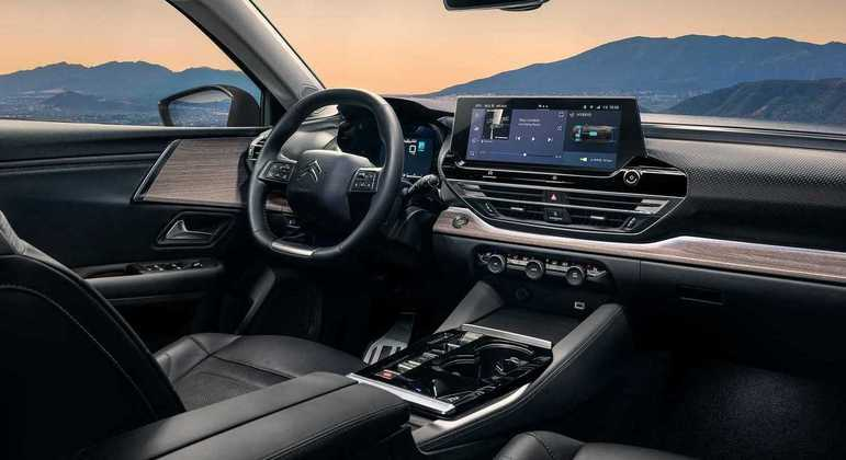 Carro tem central multimídia na horizontal com tela de 12 polegadas