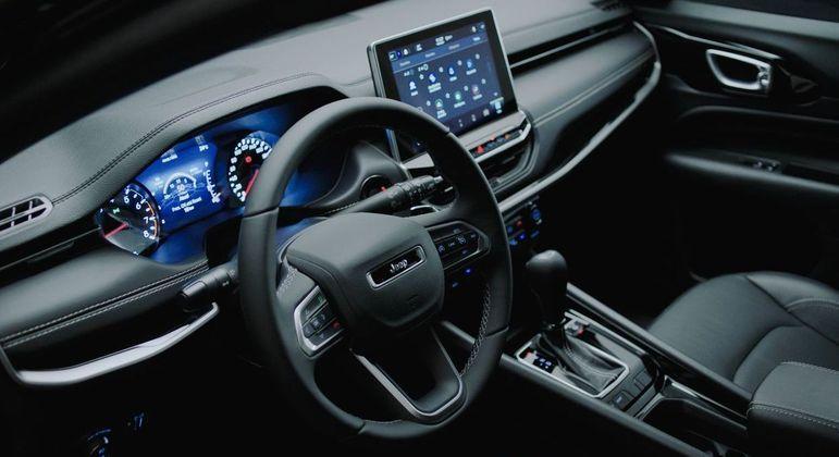 Interior ganha traços retilíneos, novo volante e console central além de mais itens tecnológicos