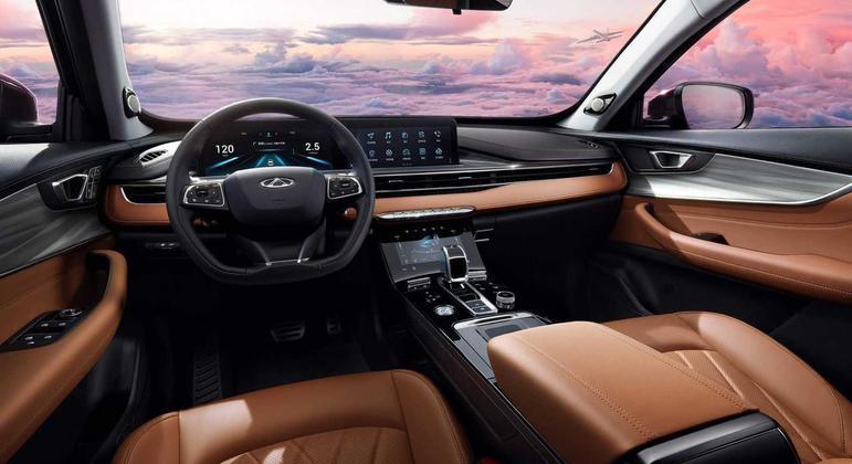 Interior é bem evoluído com três telas: cluster digital, multimídia e climatização