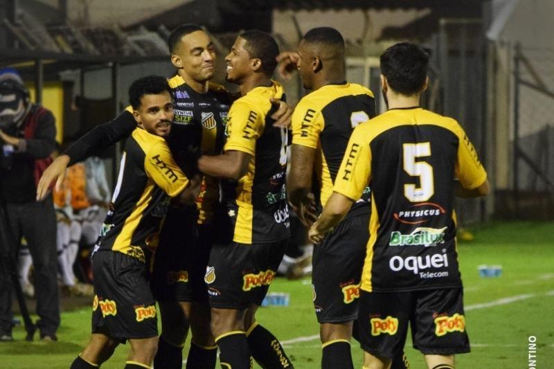 Novorizontino festeja vitória de ontem, contra o Santos. Ariel Holan está angustiado
