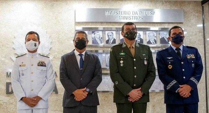 Ministro Braga Netto (segundo da esq. para a dir.) junto com os novos comandantes das Forças Armadas