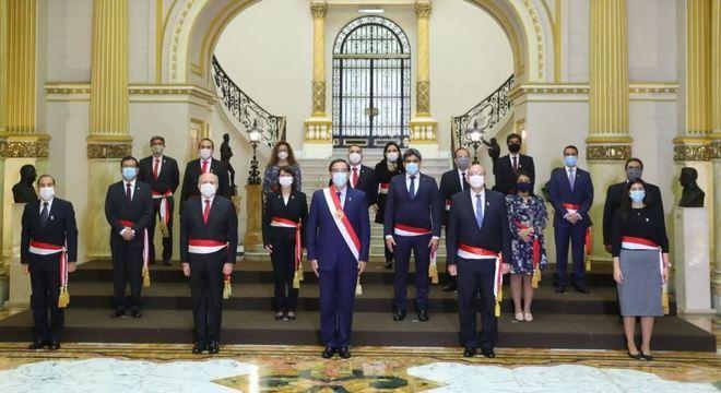 Presidente Martín Vizcarra posa ao lado dos 11 novos ministros