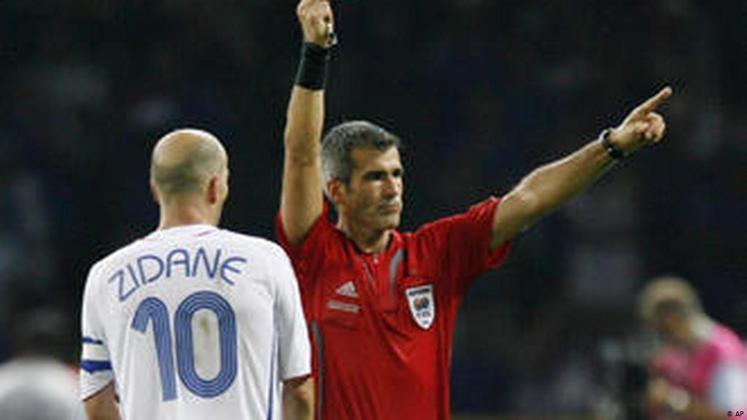 Número de expulsões - Zidane sempre foi marcado pelo temperamento explosivo dentro de campo. O meia é o recordista de expulsões em Copas do Mundo, juntamente com o ex-zagueiro camaronês Rigobert Song. Ambos foram expulsos duas vezes no Mundial. Zizou recebeu o vermelho em 1998, contra Arábia Saudita e em 2006 contra a Itália