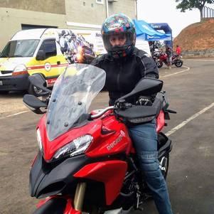 Enfermeira que durante a semana se desloca para o trabalho de scooter