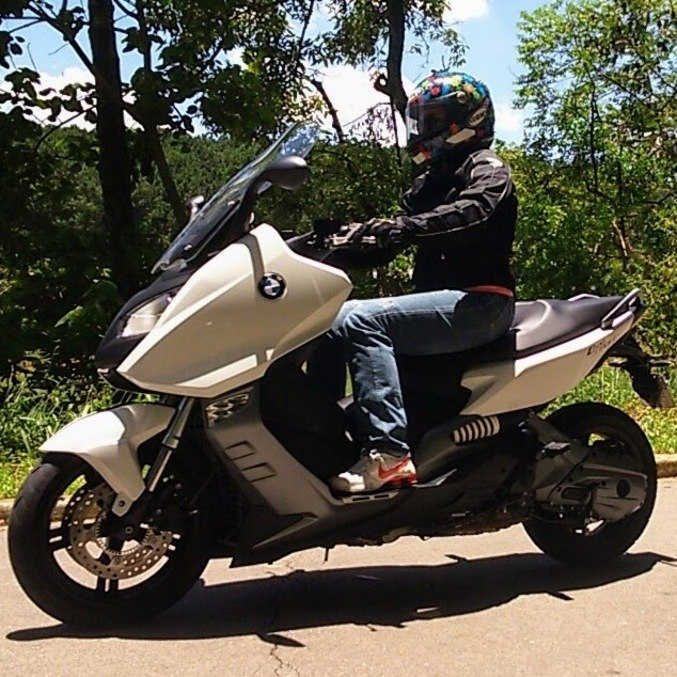 Scooter conquista cada vez mais mulheres, dado facilidade de condução e ter espaço sob o banco para guardar bolsa e outros pertences