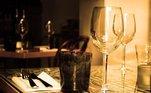 """O álcool pode ajudara adormecer mais rápido, no entanto a bebida também deixa a noite mais agitada. """"O ideal é ingerir um copo de água para cada copo debebida alcoólica. Assim, os efeitos serão diluídos"""