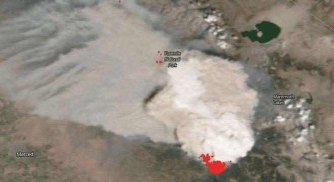 Nuvem 'artificial' em decorrência dos incêndios foi captada por satélites da Nasa