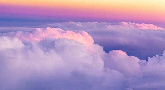 A forma das nuvens é complicada e irregular: o tipo de forma que os matemáticos costumavam evitar, privilegiando as regulares, como as esferas, que eles eram capazes de domar com equações